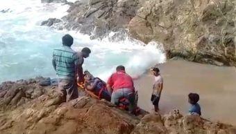Rescatan cuerpo de pescador arrastrados por ola en Oaxaca