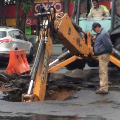 Se abre socavón en avenida Politécnico, Gustavo A. Madero