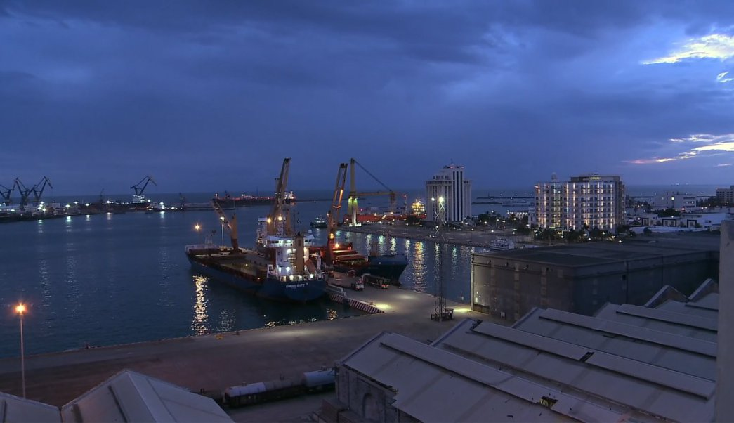 Instalan grúas para descargar primeros buques