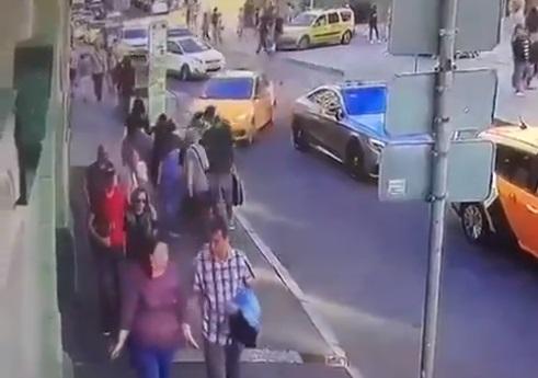 Cámara capta instante taxi arrolla a mexicanos en Moscú