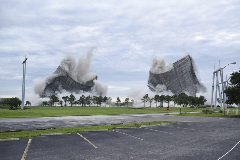 Dos enormes torres son demolidas en Florida en tan solo 10 segundos