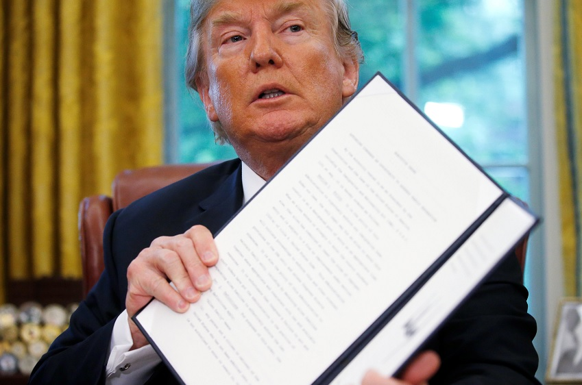 Trump después de firmar orden ejecutiva sobre política de inmigración en la Oficina Oval en la Casa Blanca en Washington (Reuters)