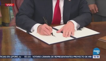 Trump muestra orden ejecutiva sobre política