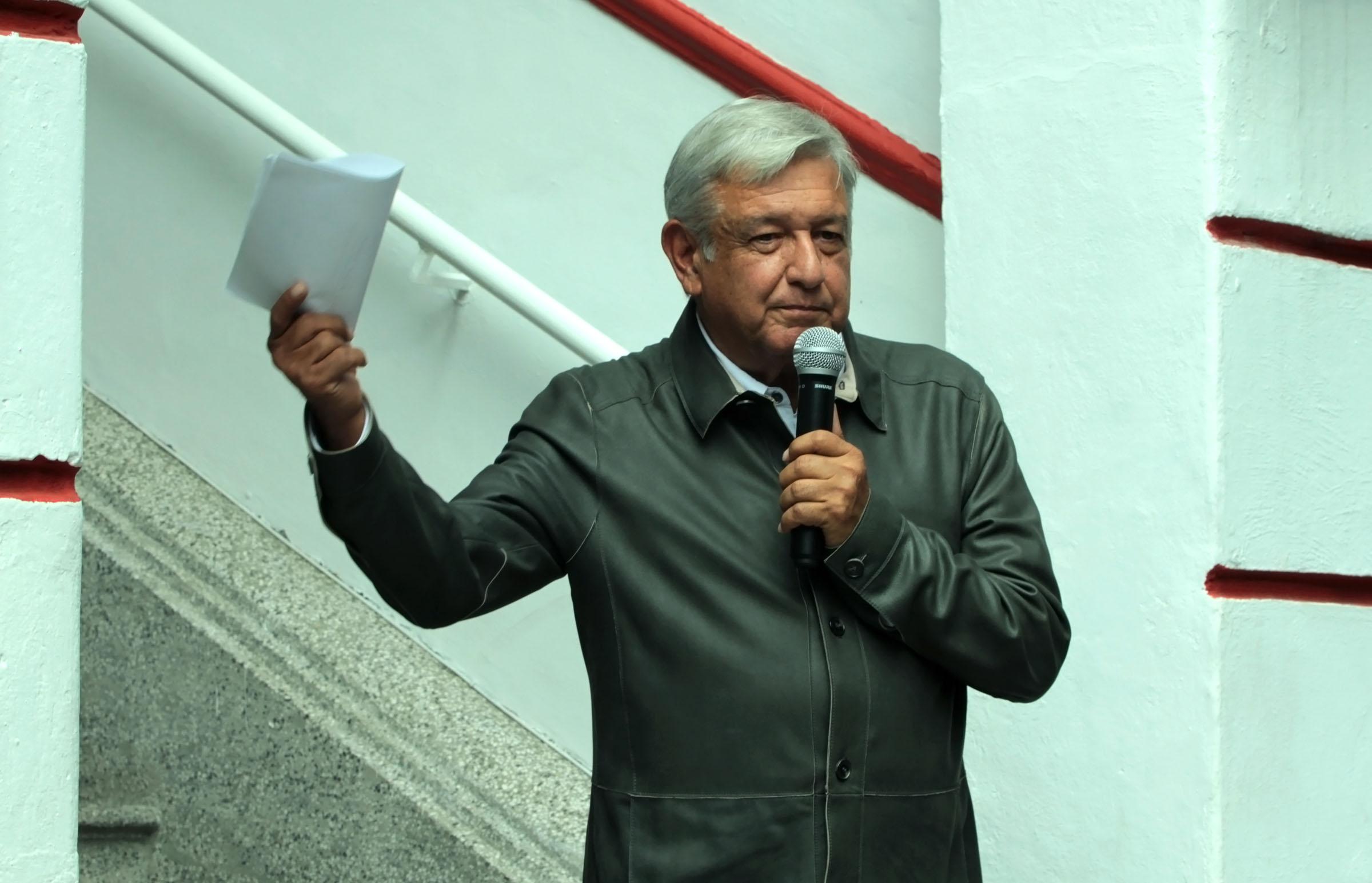 Ganan 35 mil funcionarios más de lo que percibirá AMLO