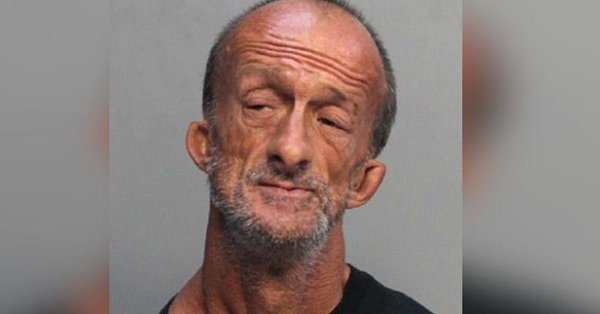 Acusan hombre brazos apuñalar turista Miami