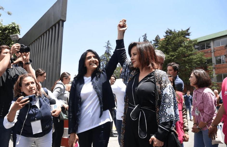 Alejandra Barrales acompaña a Purificación Carpinteryro a votar