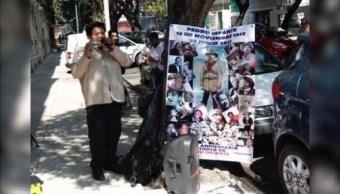 Artista callejero lleva serenata a AMLO con Pedo Infante