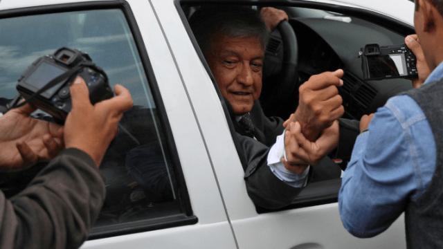 López Obrador niega desvío de recursos de Morena
