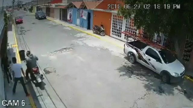 Asaltantes en motocicleta roban celular a joven mujer en Coacalco