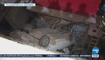 Auto cae sobre una casa en Tlalnepantla, Estado de México