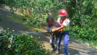 Rescatan a joven que cayó a barranca en CDMX