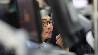 Bolsa de Tokio cae, acciones chinas borran pérdida semanal