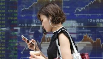 Bolsas de China extienden bajas, Nikkei de Tokio avanza 0.4%