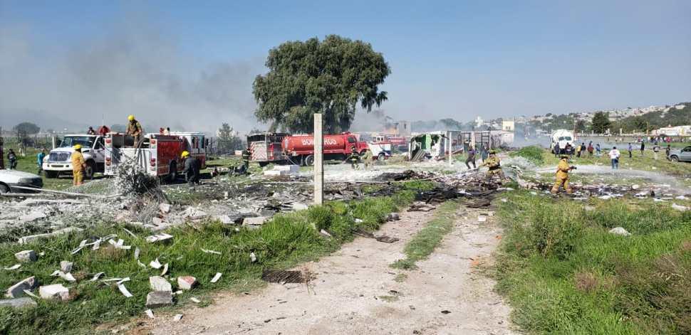 Rinden homenaje a bomberos fallecidos por explosiones en Tultepec