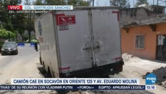 Camión Cae Dentro Socavón Calle Oriente CDMX