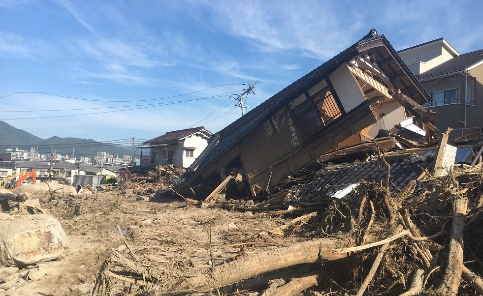 Abe visita zona desastre lluvias Japón; suman 176 muertos