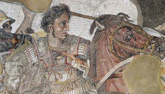 mosaico-antiguo-alejandro-magno-sobre-su-corcel-bucefalo-en-batalla