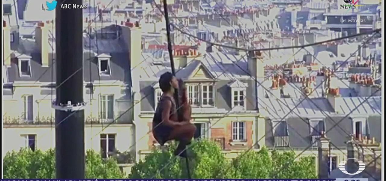 Equilibrista Tatiana-Mosio camina sobre la cuerda floja en París