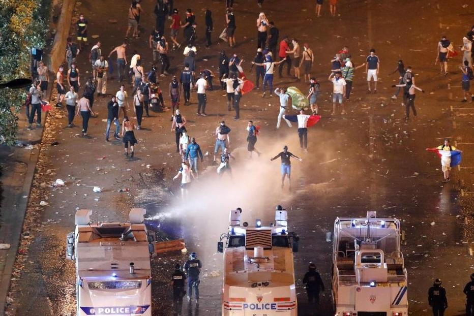 Celebraciones en Francia acaban en disturbios; hay 2 fallecidos y casi 300 detenidos