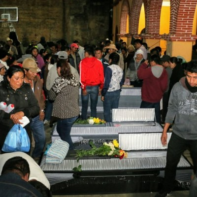 Sepultan a 13 comuneros asesinados en Oaxaca por conflicto agrario