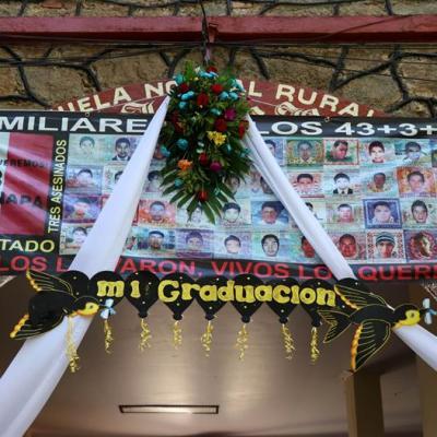 Se gradúa generación de normalistas de Ayotzinapa sin los 43