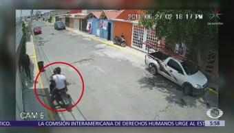Hombres a bordo de motocicleta asaltan a joven en Coacalco