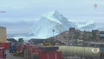 Iceberg amenaza a pequeño poblado en Groenlandia