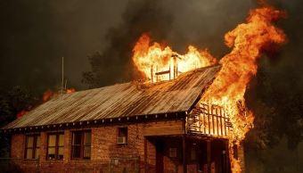 Mueren dos niños y su bisabuela por incendio en California