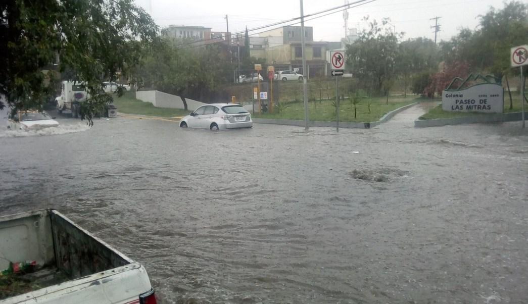 corriente agua lluvias arrastra camioneta monterrey nuevo leon