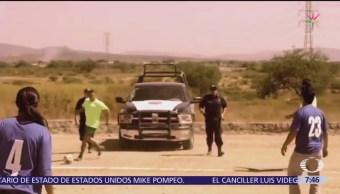 Juegan 'cascarita' en la frontera de México con Estados Unidos