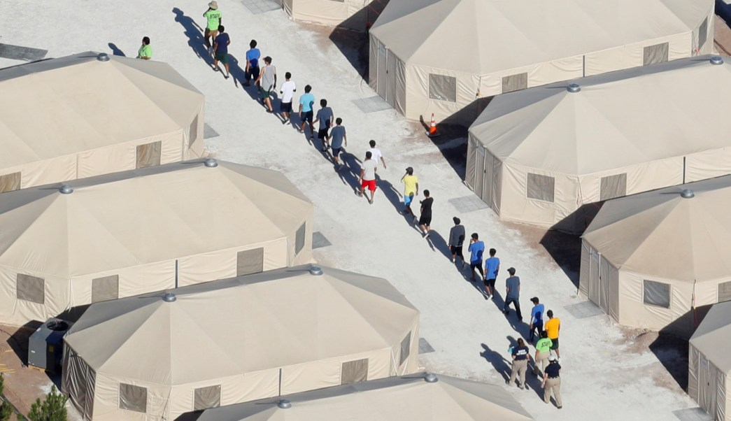 Jueza supervisor evalue condiciones niños migrantes Texas