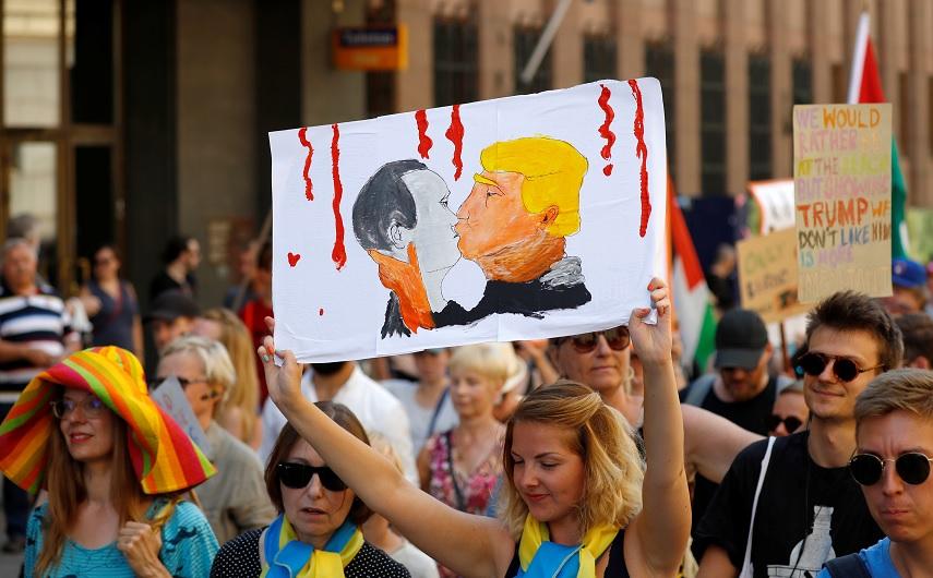Llega Trump a Helsinki en medio de protestas para reunirse con Putin