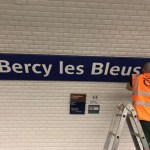 metro paris rebautiza seis estaciones honor bleus