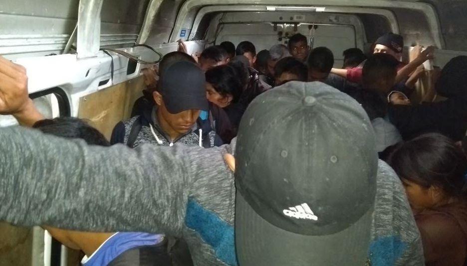 Rescatan a 53 migrantes de caja de vehículo en Tabasco