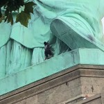 Mujer escala Estatua Libertad protesta migratoria Trump
