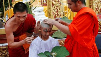 Ninos tailandeses rescatados se ordenan como monjes budistas