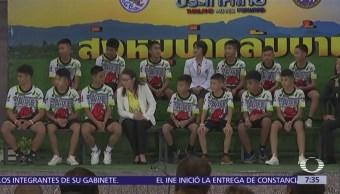 Niños rescatados de una cueva en Tailandia abandonan hospital