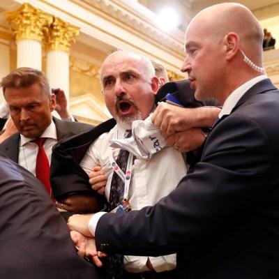 Sacan a periodista por mostrar letrero en conferencia Trump-Putin