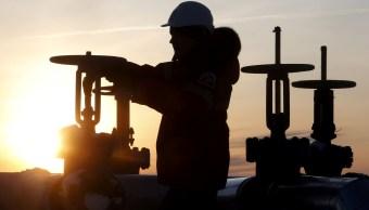 Precios del petróleo caen, Rusia podría aumentar producción