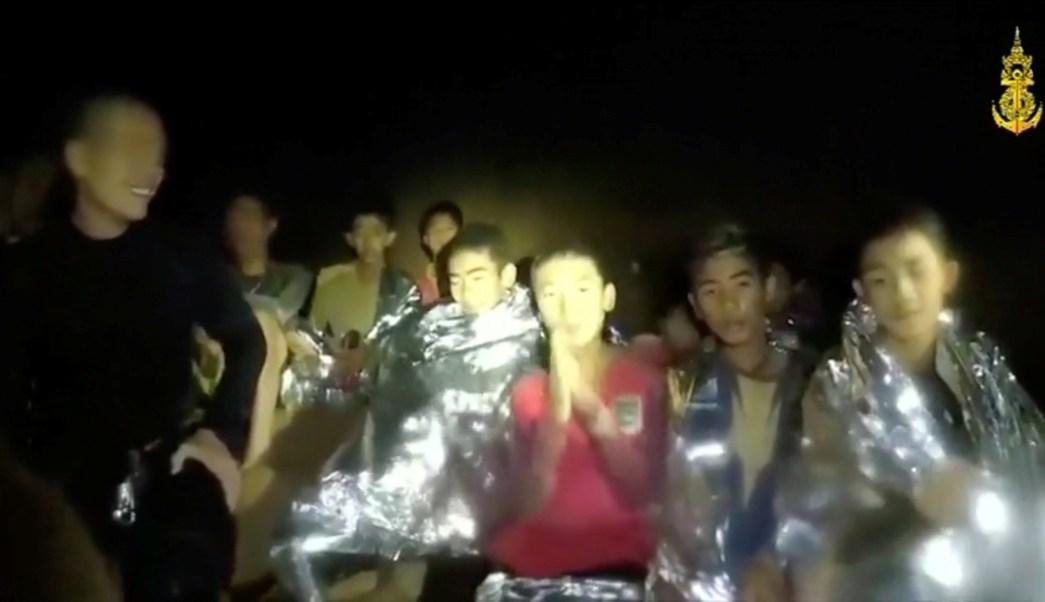 Presidente de FIFA invita a niños atrapados en cueva