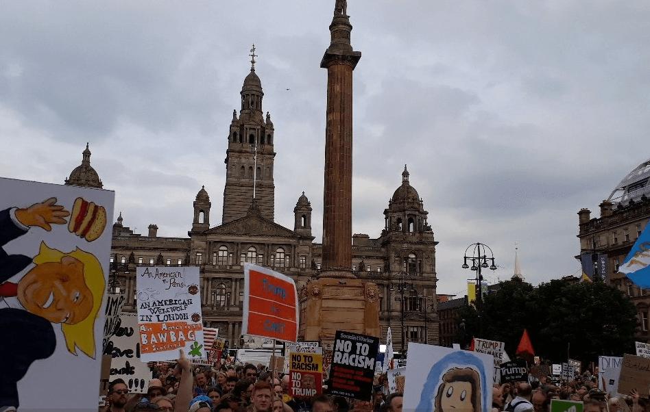 Miles de personas protestan en Escocia contra Trump