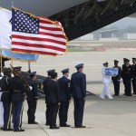 Avión de EU regresa de Corea del Norte con soldados caídos
