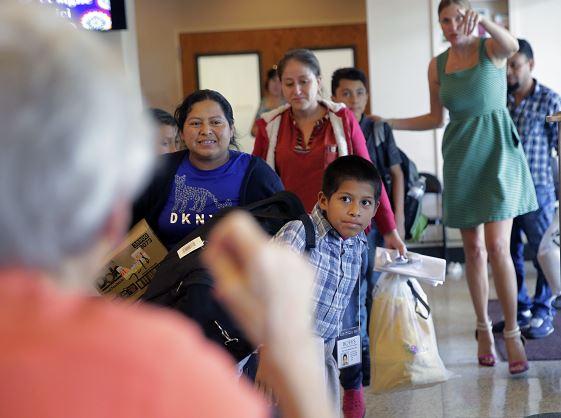 Reunifican familias de migrantes en frontera de EU-México