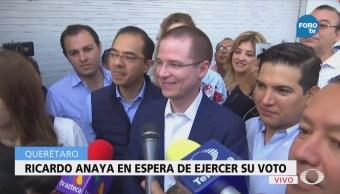 Ricardo Anaya en espera de ejercer su voto en Querétaro