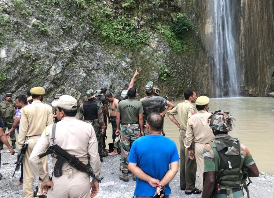 Mueren 7 personas al caerles una roca al bañarse en cascada