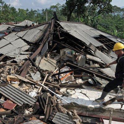 Sismo en Indonesia deja 10 muertos