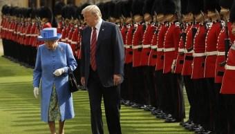 Trump rompe protocolo durante reunión con reina Isabel II