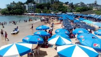 Turistas disfrutan de las vacaciones de verano en Acapulco