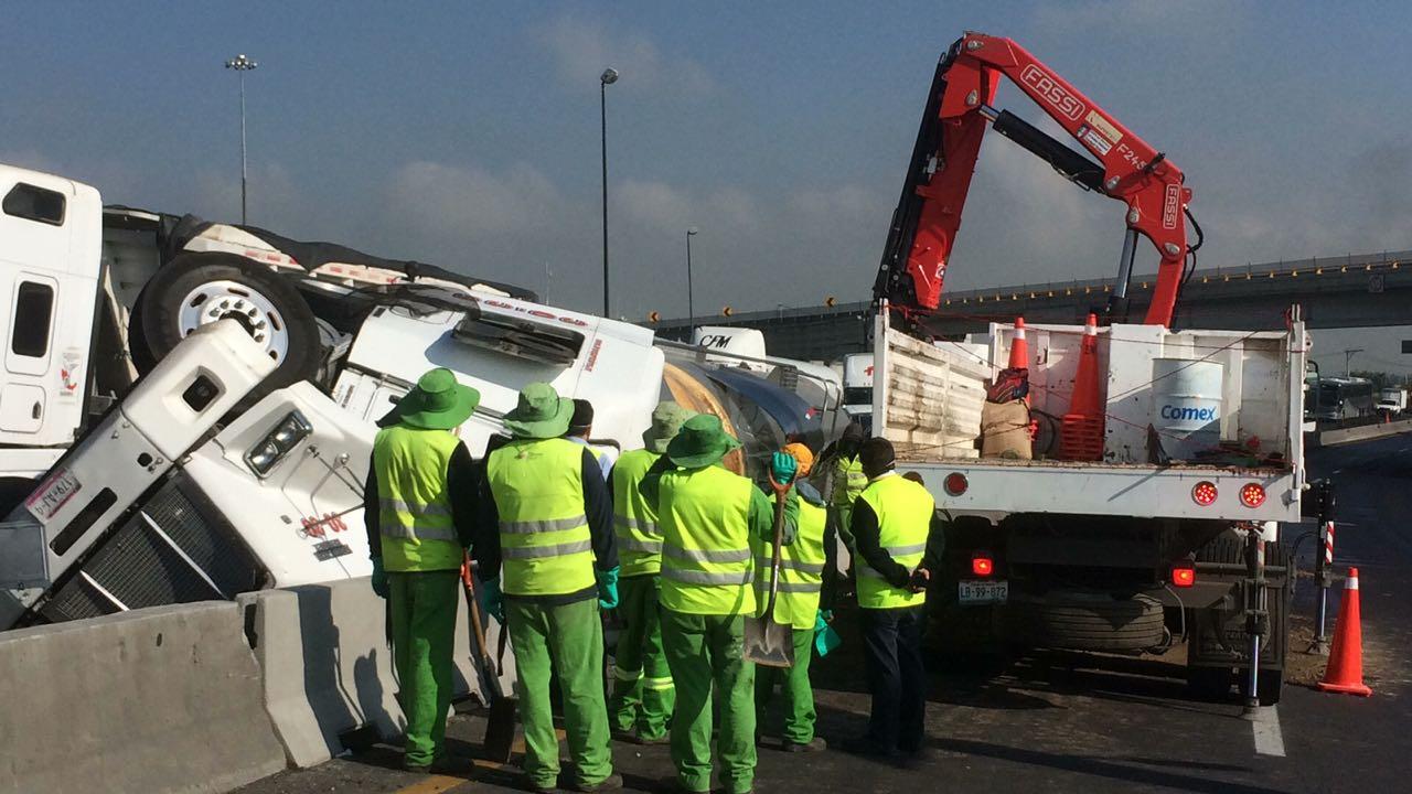 Volcadura afecta tránsito en el Circuito Exterior Mexiquense