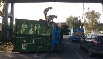 Volcadura de tráiler afecta el tránsito en Periférico, CDMX